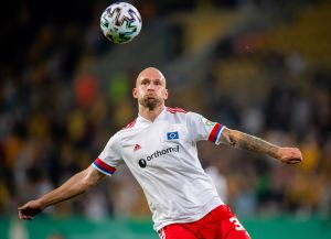 VIDEO: Jugador del Hamburgo subió a la tribuna y se le fue encima a un aficionado