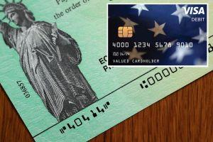 Quienes recibirían segundo cheque de estímulo como tarjeta de débito en caso de que sea aprobado
