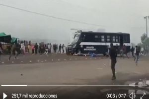 VIDEO: Brutalidad policiaca, atropellan con camión a estudiantes que protestaban