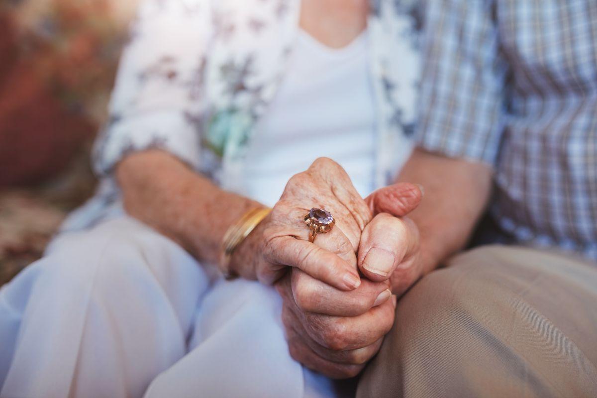 Ancianos de Illinois se reúnen con su familia tras un año de la pandemia del coronavirus