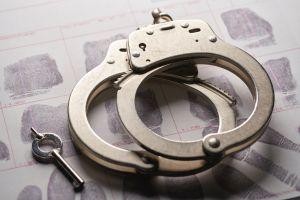 Arrestan a pareja por muerte de niño de 12 años que era aislado del resto de la familia