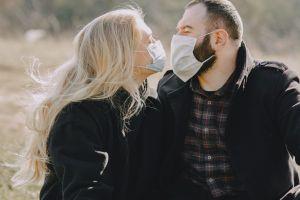 El amor en los tiempos del coronavirus: sexo sin besos y con mascarilla