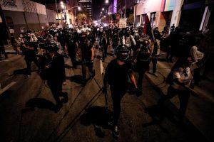 Reportera maltratada y arrestada por la policía mientras cubría en vivo protestas en Los Ángeles