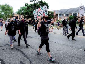 Kyle Rittenhouse, acusado por dos muertes en protestas de Wisconsin, aparece en video golpeando a jovencita en pelea callejera