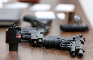 Descubren armas y miles de municiones en un hogar en Nueva York