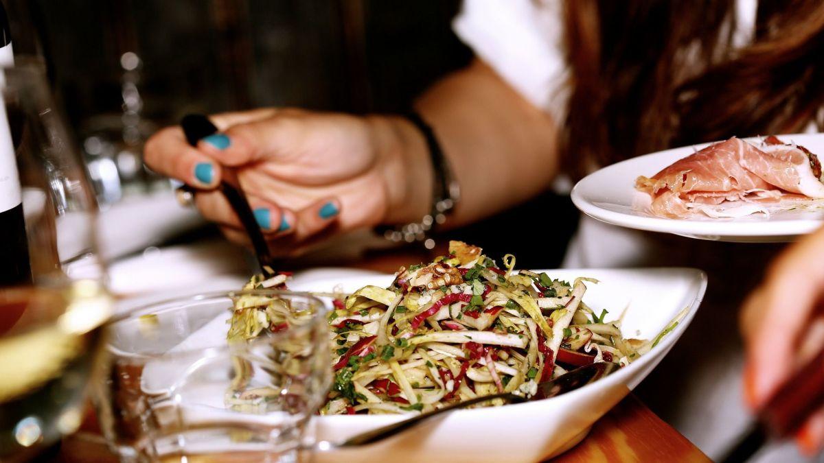 Los alimentos fritos, ricos en grasa y sal estimulan la deshidratación. Al igual que el excesivo consumo de alcohol.
