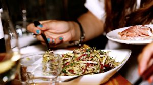 5 alimentos y bebidas que te deshidratan en secreto