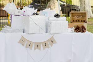 Celebran su boda al aire libre y terminan robándoles todos sus regalos