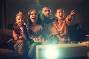 Los 5 mejores mini proyectores para convertir tu casa en una espectacular sala de cine
