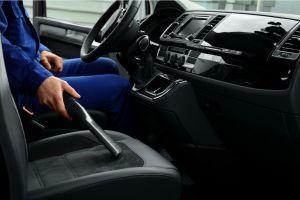 5 mini aspiradoras para mantener el interior de tu auto siempre limpio