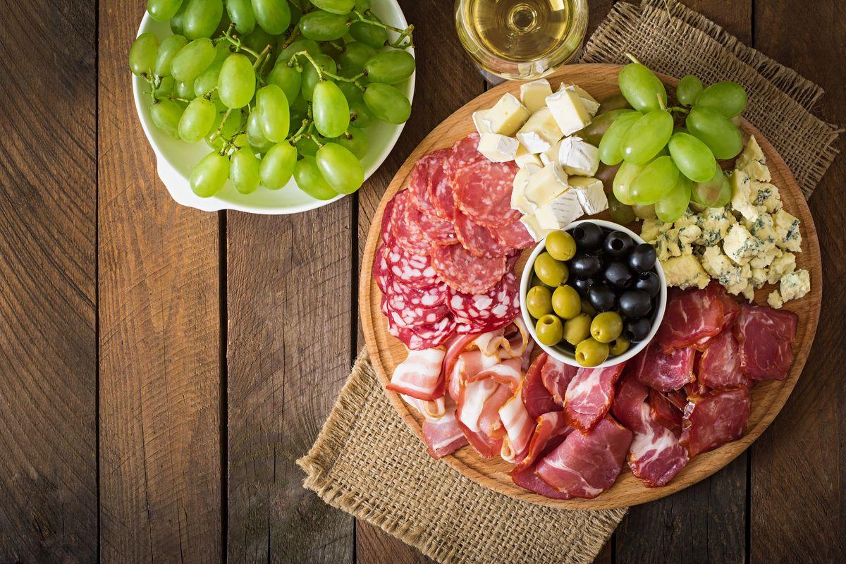 5 estilos de bandejas de quesos y embutidos ideales para tus reuniones familiares