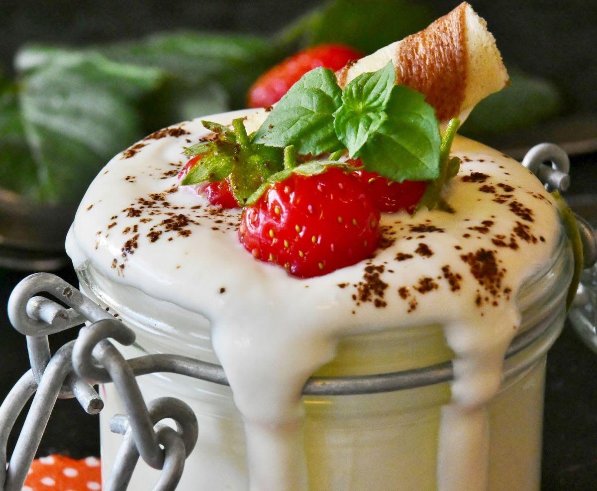 Beber lassi antes y después de las comidas es un popular remedio en India para mejorar la salud intestinal y fortalecer al sistema inmunológico.