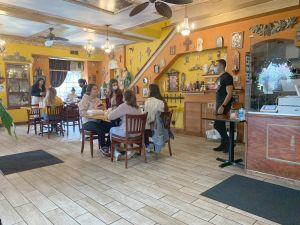 Se espera que restaurantes y bares del Condado de Cook y Chicago reanuden el servicio de comidas y bebidas en interiores el sábado