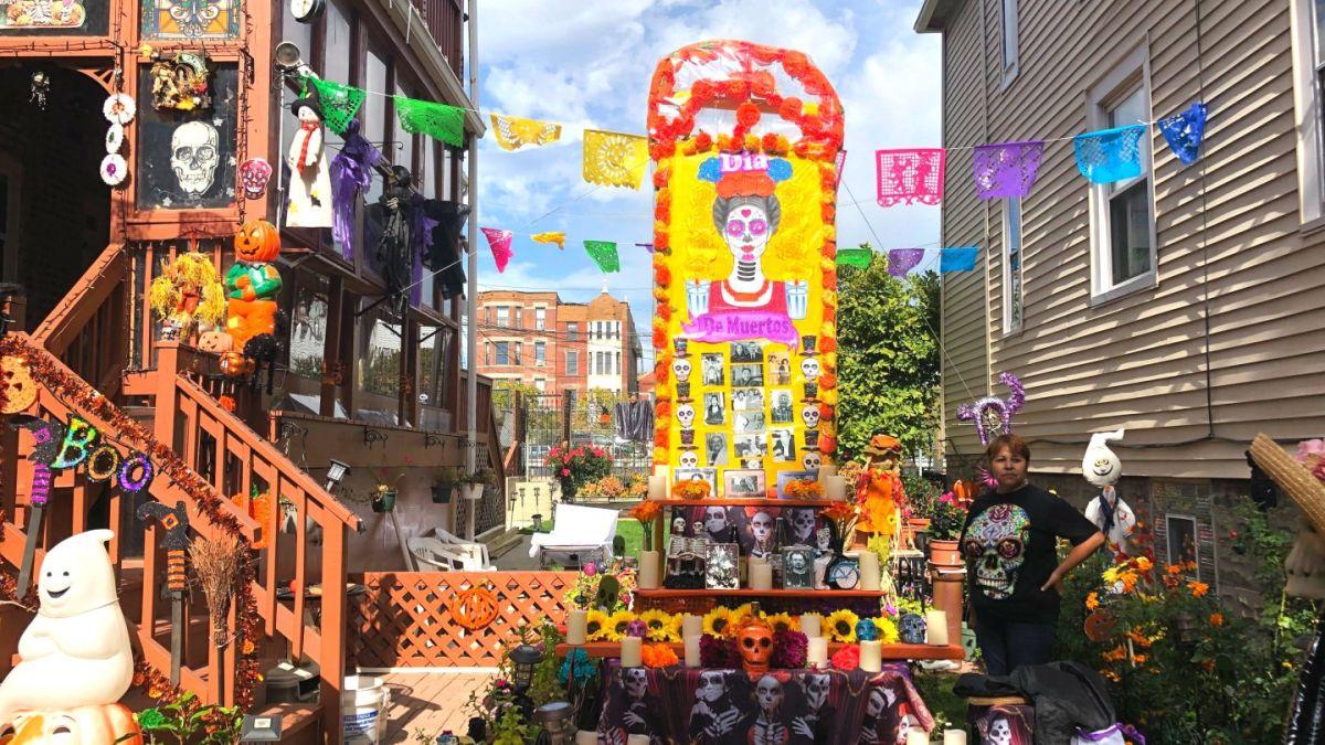Para el Día de Los Muertos, el hermoso jardín de una vecina de Pilsen se transforma en un altar gigante