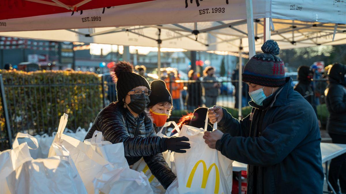 Dueños operadores hispanos de McDonald's regalan cientos de pavos a familias hispanas