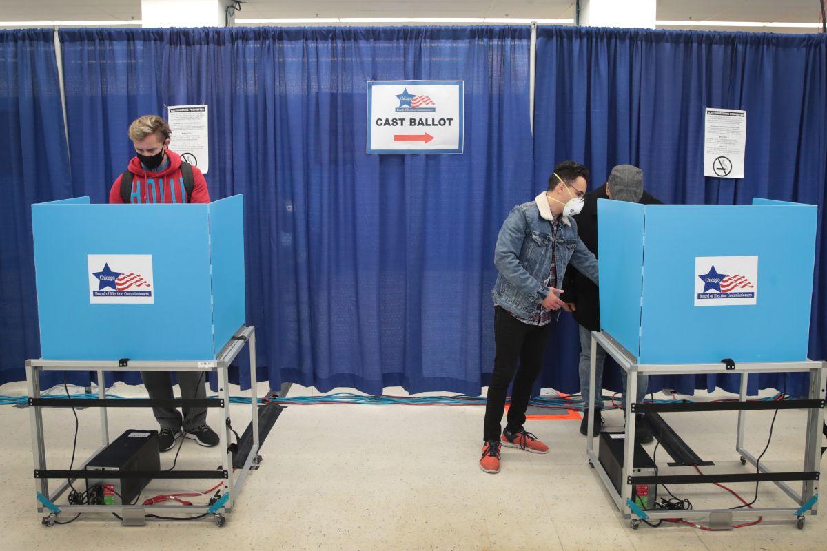 Ciudadanos ejercen su voto de modo anticipado en octubre de 2020 en Chicago, Illinois.