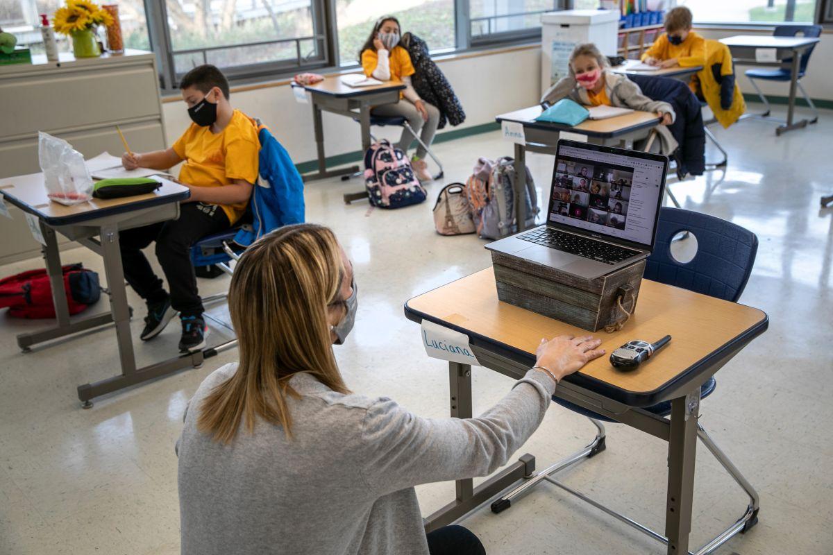 Mientras Chicago se centra en la reapertura, maestros enfrentan otro reto: la enseñanza simultánea