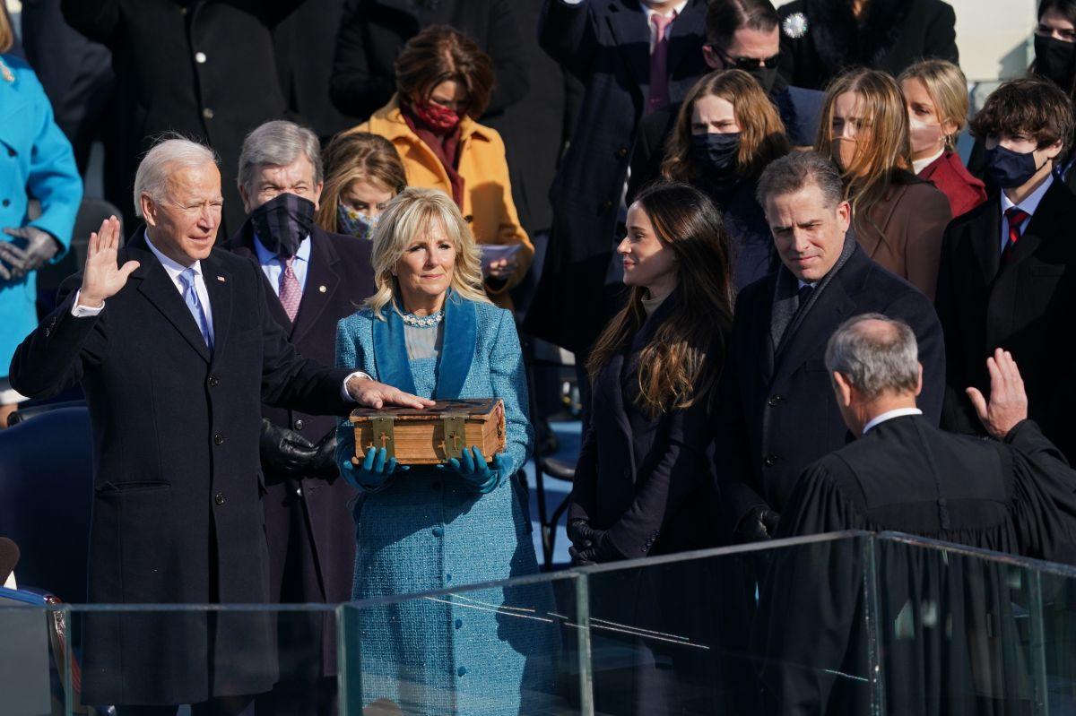 """Biden firma decretos para apoya a """"soñadores"""", frenar el muro con México y eliminar el veto migratorio"""
