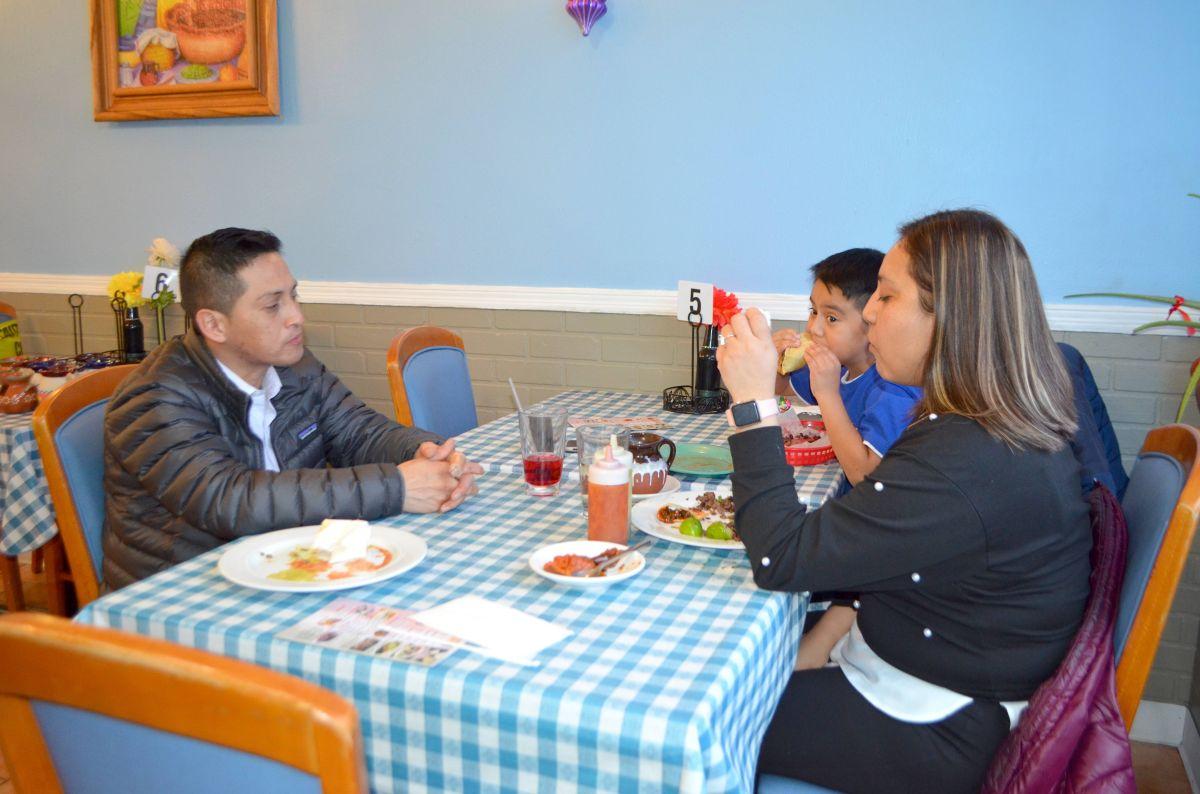 Aumenta más la capacidad de comedor en interiores en restaurantes y bares de Chicago mientras que la tasa de positividad del covid-19 continúa en picada