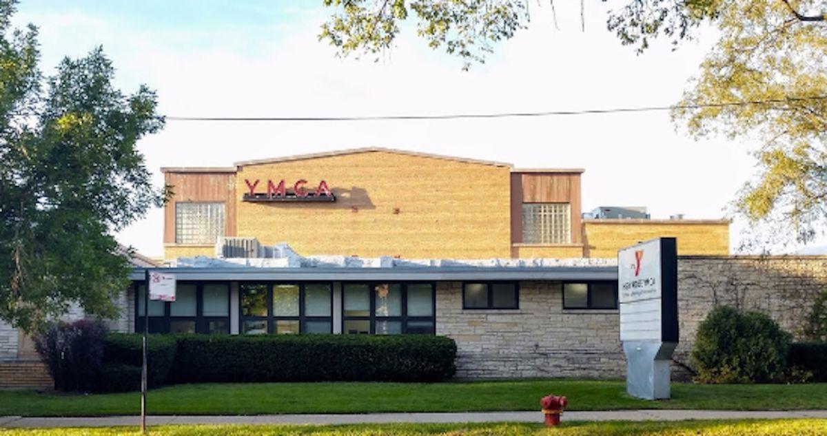 High Ridge YMCA se ubica en el 2424 al oeste de la avenida Touhy en Rogers Park.