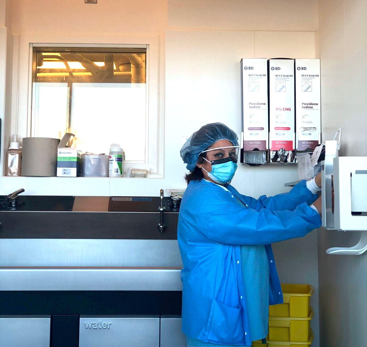 Claudia Calderón asiste a pacientes en el área de cirugía del Centro Médico de la Universidad de Chicago. (Cortesía)