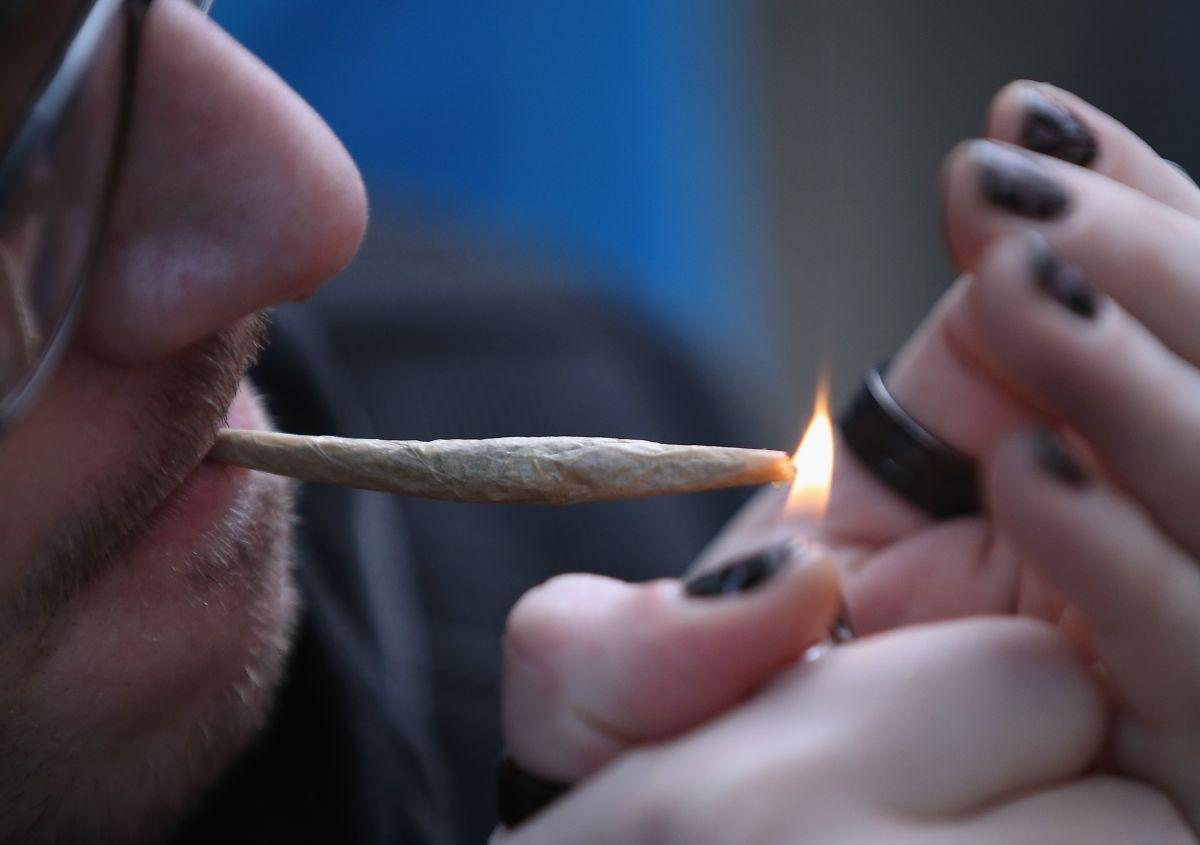 Cuomo firma ley para aprobar la marihuana recreacional en Nueva York