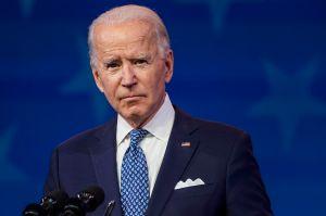 Biden critica a gobernadores que levantan las restricciones del COVID-19