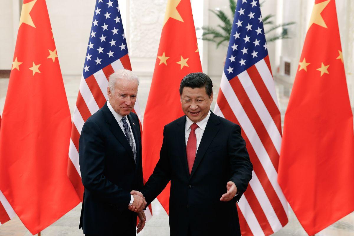 Joe Biden habla con su homólogo chino Xi Jinping por llamada