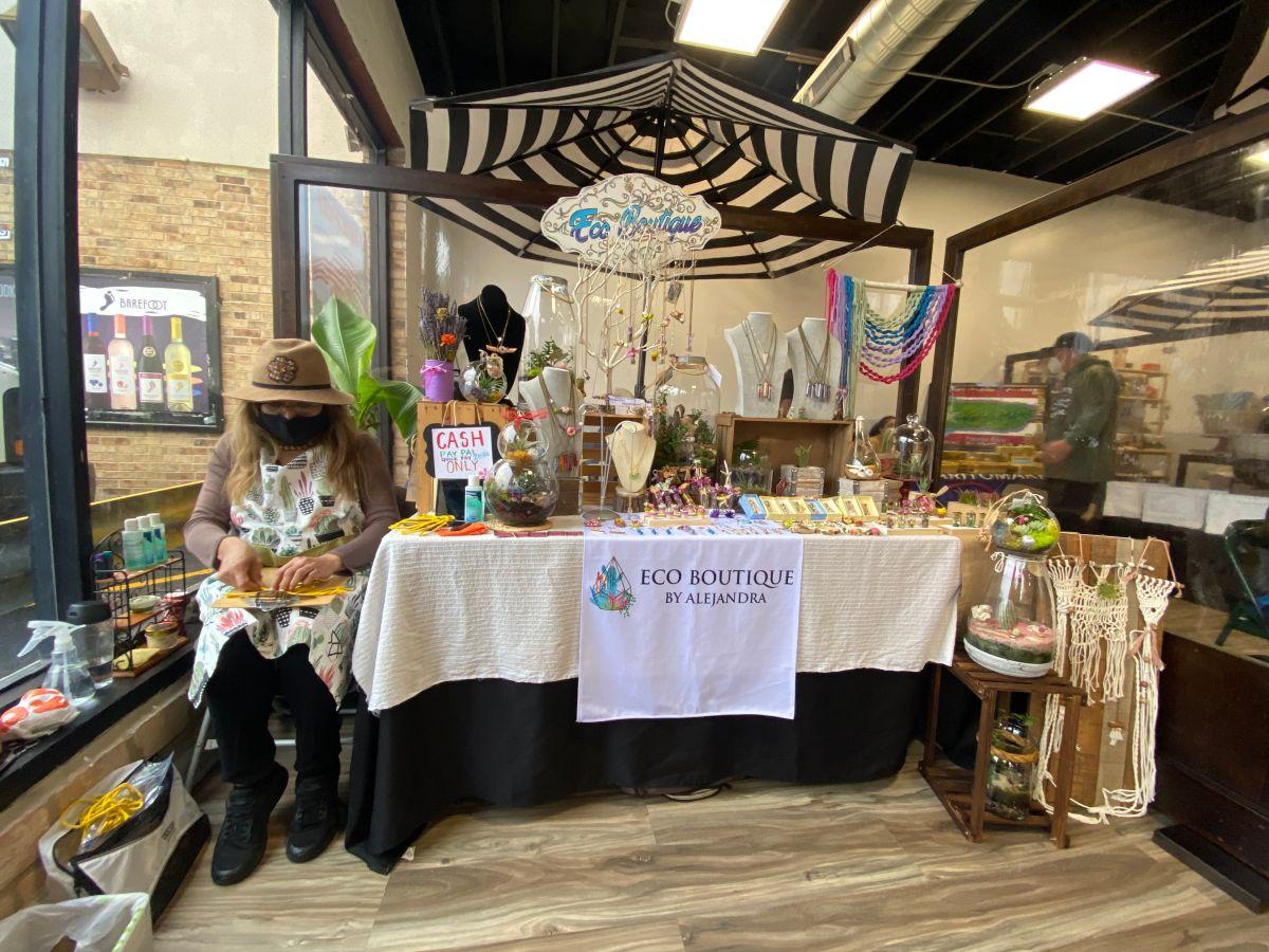 Alejandra Aranda con su local en ¡Wepa! Mercado del Pueblo. (Cortesía Centro Cultural Puertorriqueño)