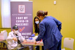Promueven la vacunación contra el coronavirus en el festival Fiesta del Sol de Pilsen