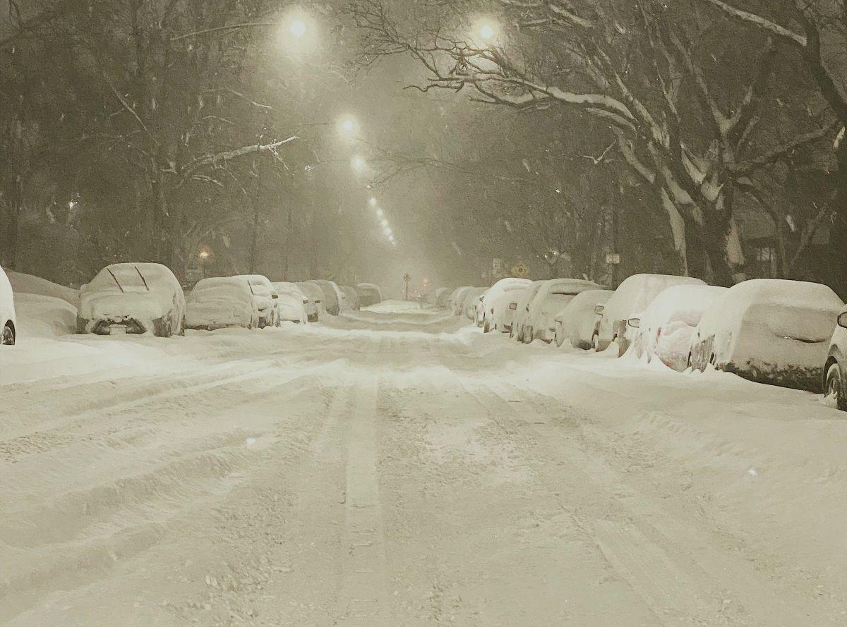 Residentes de Chicago palean hasta 18 pulgadas de nieve en algunos barrios y suburbios de esa ciudad