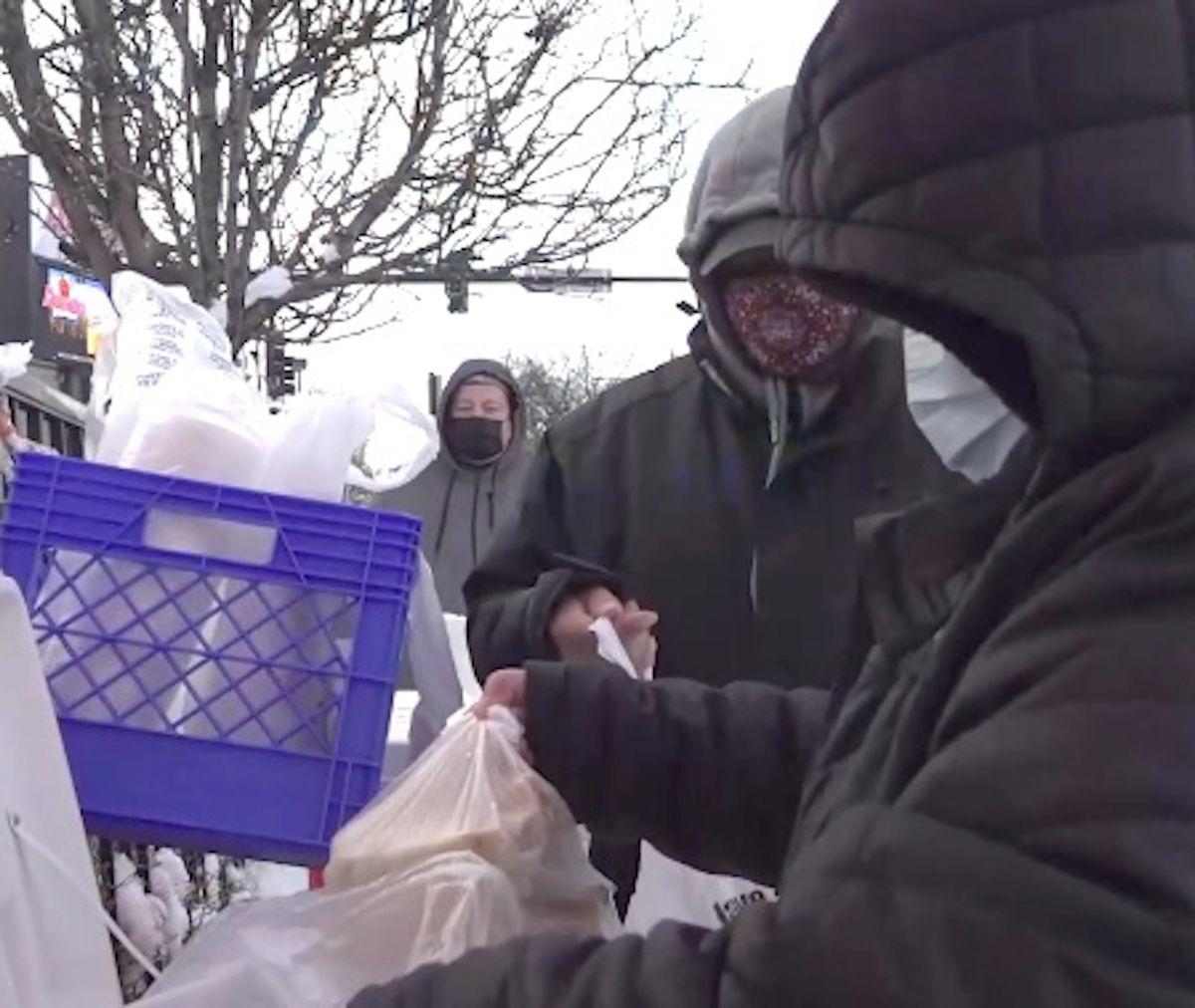 Restaurantero de Chicago compra tamales a vendedores locales para ayudar a alimentar a desamparados