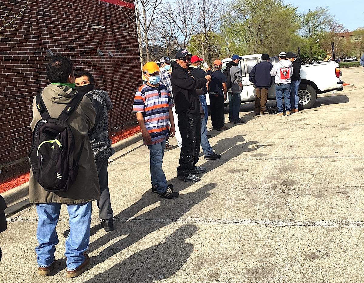 Jornaleros de Chicago afuera de un Home Depot esperan ser contratados para una obra de construcción. (Cortesía Unión Latina de Chicago)