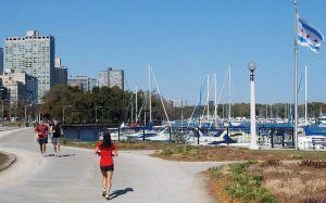 Residentes de Chicago se preparan para disfrutar de la orilla del lago y áreas de juegos en medio de la pandemia del coronavirus