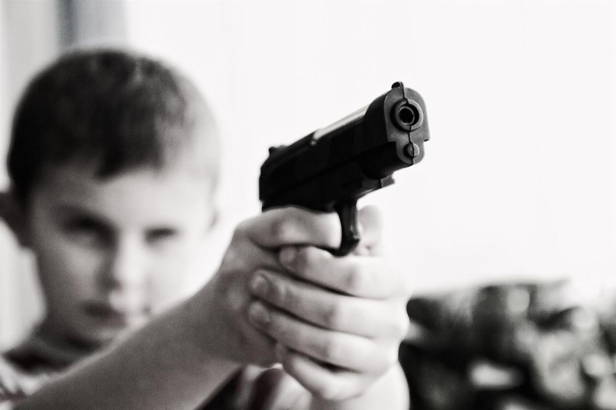 Niño mata a ladrón de un tiro para defender a su abuela de un robo