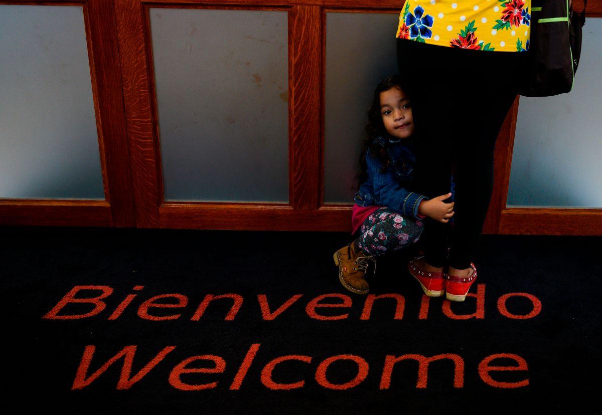 Suspenden pruebas de antecedentes penales por el FBI de los cuidadores de niños inmigrantes