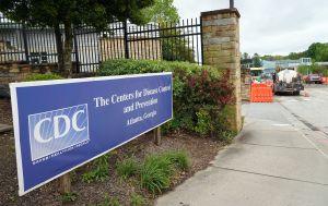 CDC: Las personas vacunadas podrán visitar a otros que aún no estén inmunizados