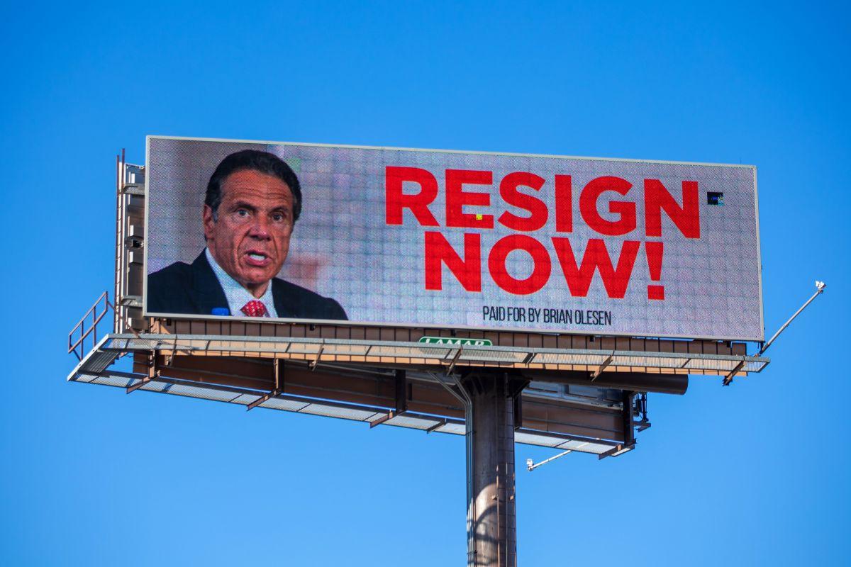 Valla publicitaria instando al gobernador de Nueva York, Andrew Cuomo, a renunciar, en Albany, Nueva York