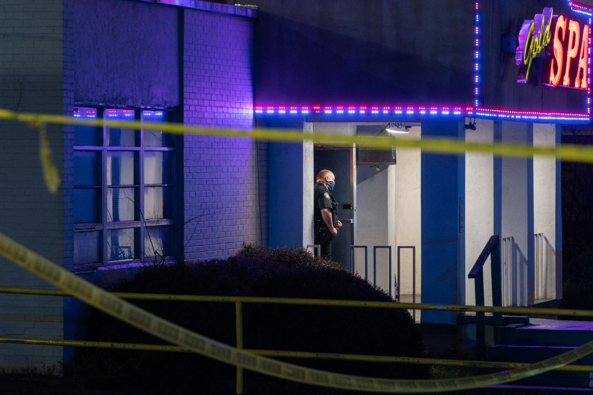 Un oficial de policía se encuentra afuera de una sala de masajes donde tres personas fueron asesinadas a tiros el 16 de marzo de 2021 en Atlanta, Georgia.