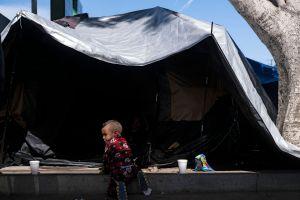 Casi 5,000 niños migrantes detenidos en instalaciones buscan ser procesados