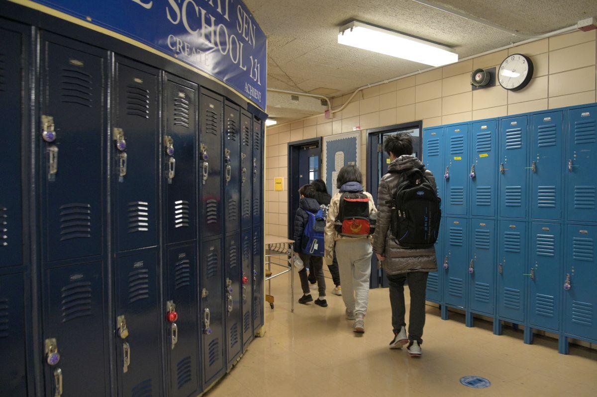 Padres de CPS deciden el viernes si los estudiantes de las escuelas secundarias regresan a las aulas