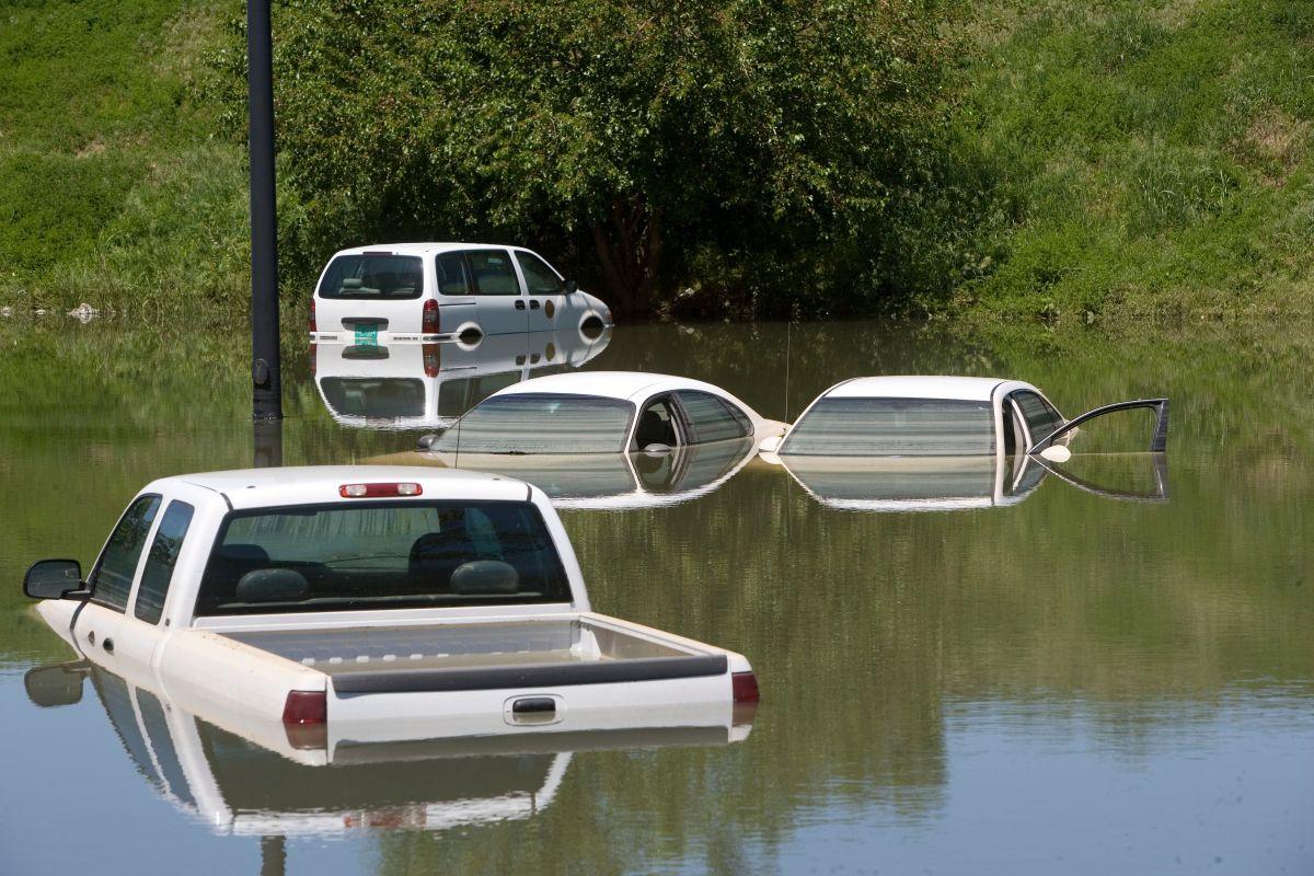 Los vehículos estatales están varados en un estacionamiento después de fuertes lluvias el 4 de mayo de 2010 en Nashville, Tennessee.