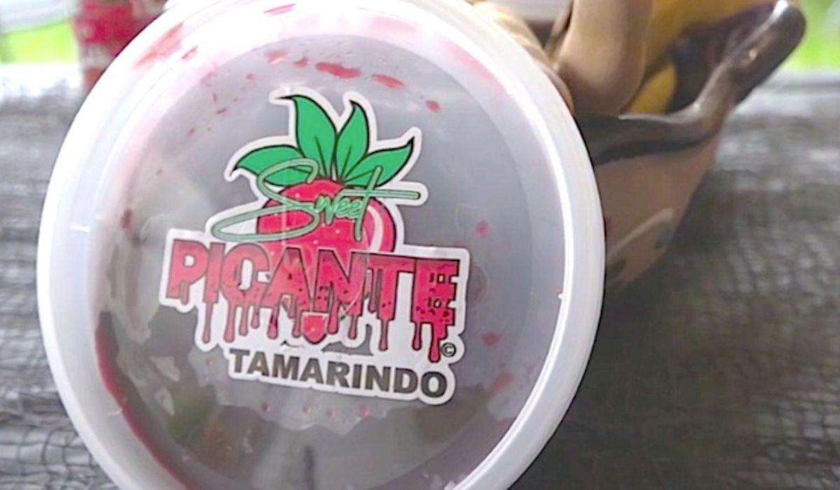 Adolescente emprendedora de la Villita Xiomara Vargas comenzó su negocio Sweet Picante el verano pasado. Foto Captura ABC7