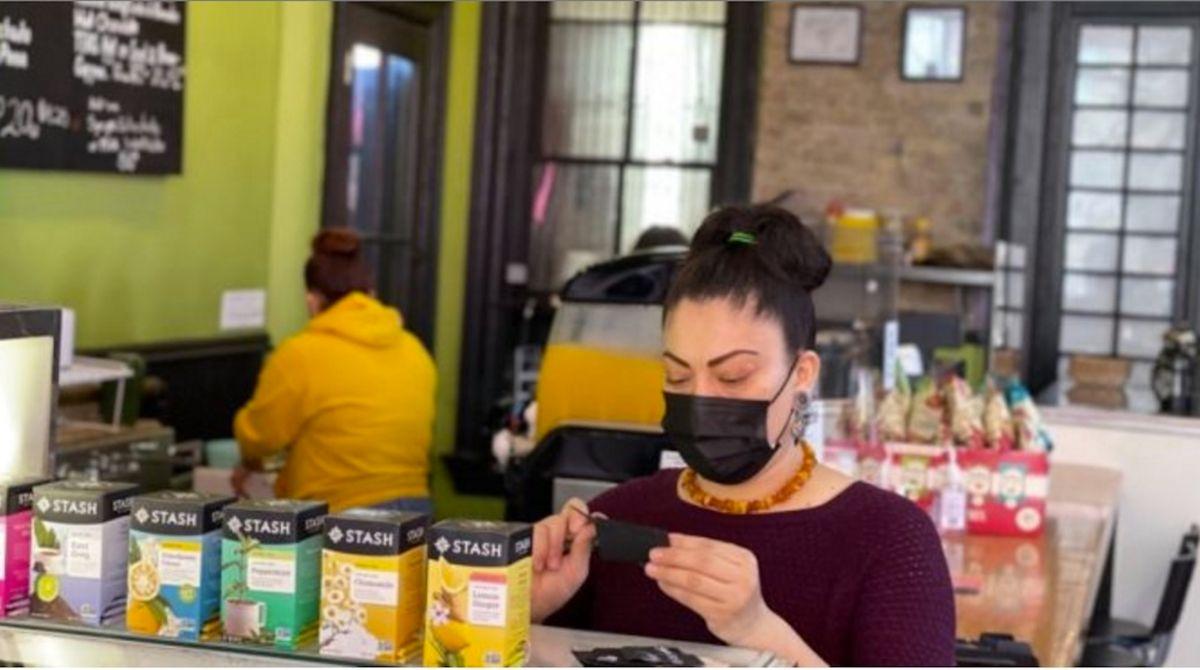 Beneficiaria de DACA propietaria de una café de Pilsen lucha contra el cáncer y por mantener abierto el negocio de sus sueños
