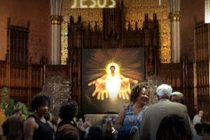 Feligreses de la iglesía católica St. Sabina insisten en respaldar al sacerdote Michael Pfleger
