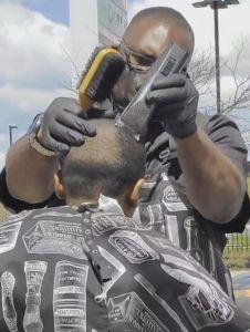 Peluquero causa revuelo al ofrecer corte de pelo y guía espiritual gratuita en el barrio de Englewood en Chicago