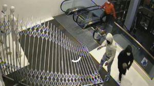 Publican fotos de sospechosos de robo en una tienda Nordstrom del centro de Chicago