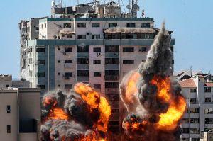 Ataques aéreos de Israel en Gaza matan a 10, incluidos 8 niños y aplastan un edificio de Associated Press y otros medios