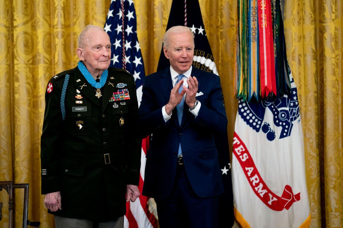 El presidente Joe Biden aplaude después de entregar la Medalla de Honor al Coronel del Ejército Ralph Puckett.