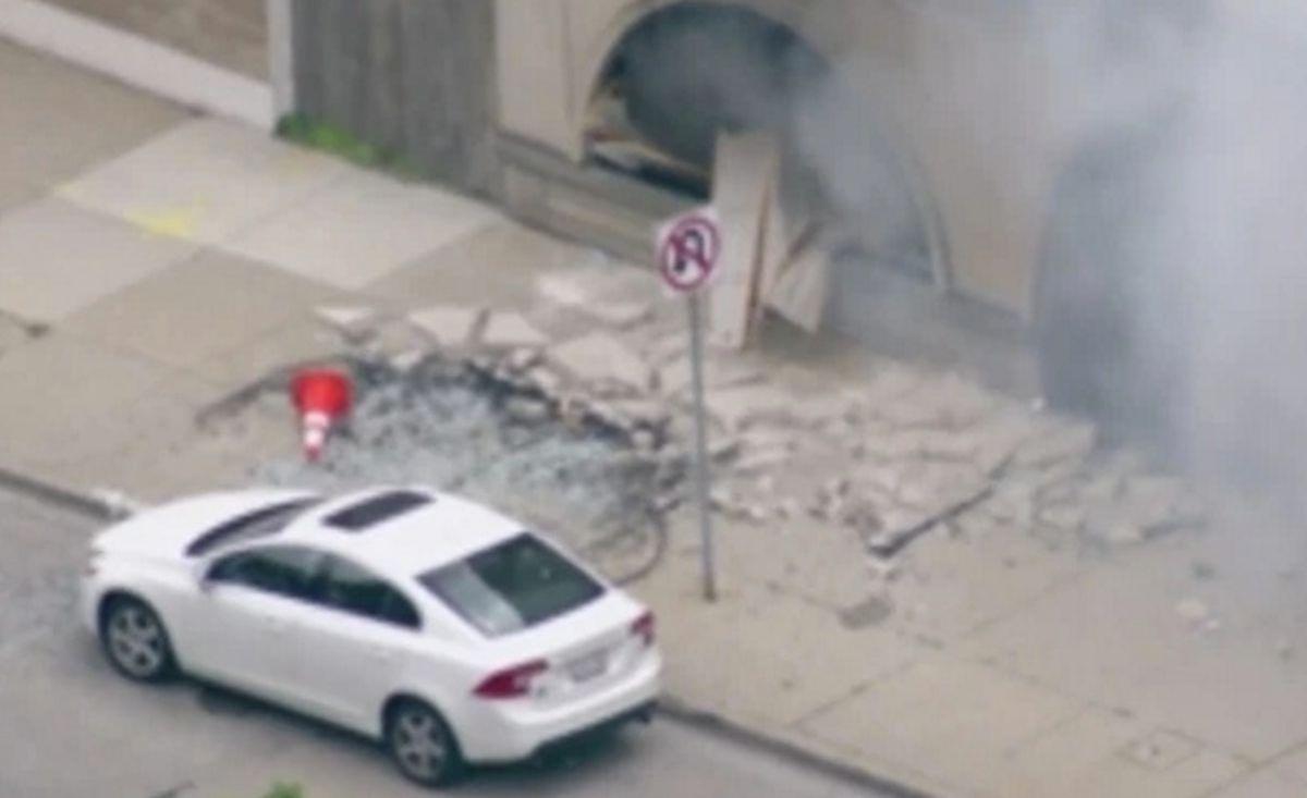 Explosicón e incendio ocurrió en un edificio de oficinas vacío del Hospital MacNeal en Berwyn. Foto Captura WGN Chicago.